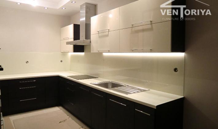 кухня бял и черен мдф гланц